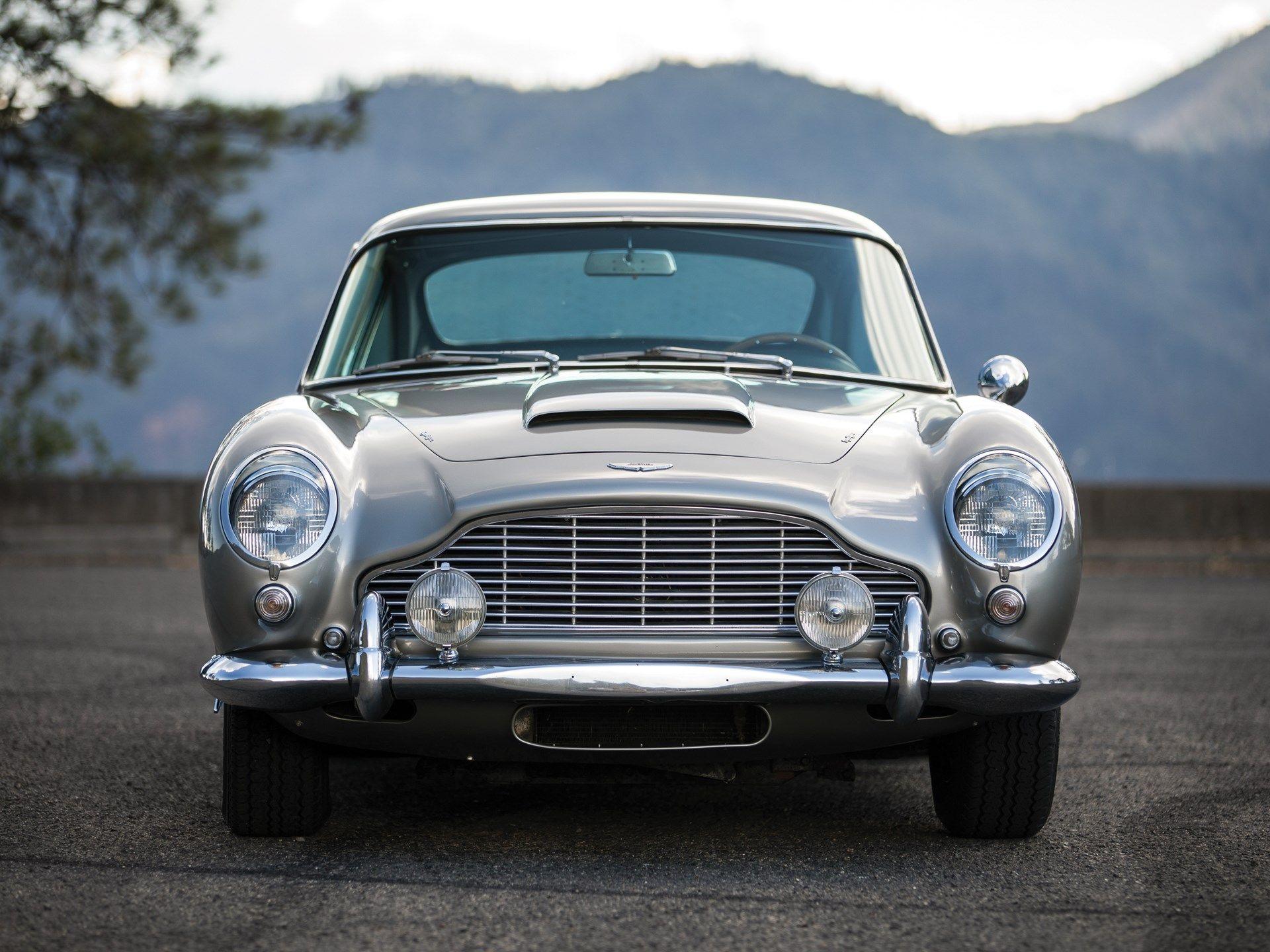 Автомобиль Джеймса Бонда ушел с молотка на аукционе в США за $6,4 млн